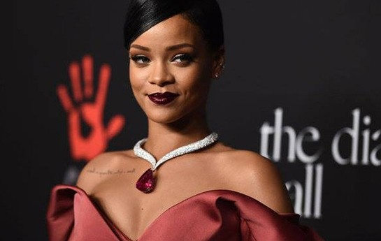 Rihanna uzun geyindi, yenə müzakirələrə səbəb oldu