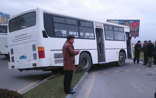 """Bakıda avtobus """"KİA""""ya çırpıldı"""
