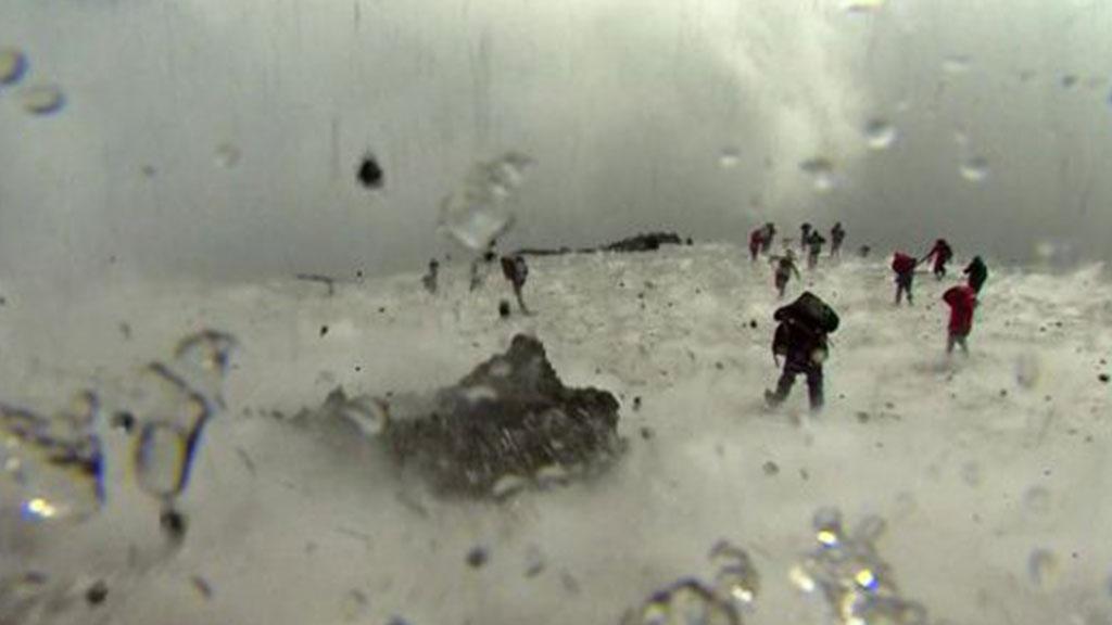 BBC çəkiliş edən zaman püskürən vulkan
