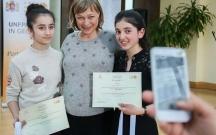 Gürcüstanın birinci xanımı azərbaycanlı gəncləri mükafatlandırdı