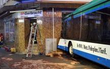 Almaniyada məktəb avtobusu yaşayış evinə girib, 47 yaralı