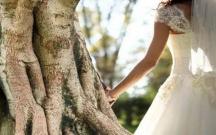 50 yaşlı qadın ağacla evləndi