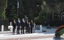 Prezident ailəsi ilə Heydər Əliyevin məzarını ziyarət etdi