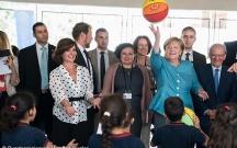 Merkel suriyalı qaçqın uşaqlarla top oynadı