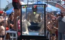 Su altında Rubik kubları yığmaq üzrə rekord qırıldı