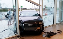 """Bakıda """"Audi"""" məşhur hipermarketə girdi"""