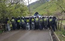 Gürcüstanda insanlar ayağa qalxdı