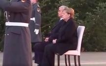 Merkel himn səslənərkən ayağa qalxmadı