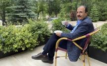 """""""Xarı Bülbül"""" hotelinin bağçasında bir fincan qəhvə..."""