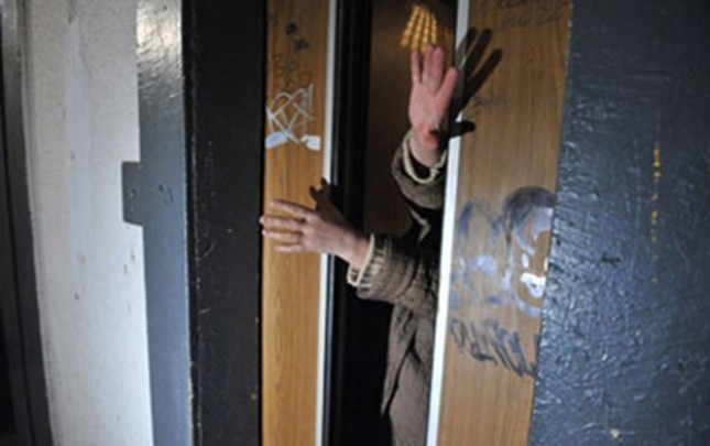 Liftdə köməksiz qalan 3 nəfər xilas edilib