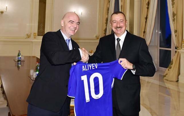 FIFA prezidenti Əliyevə forma hədiyyə etdi