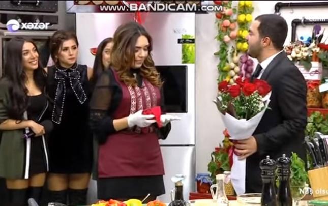 """""""Xəzər""""in aparıcısı canlı efirdə evlilik təklifi etdi"""