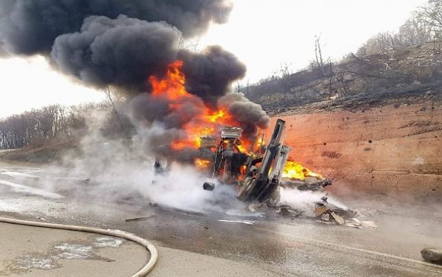 Gürcüstanda SOCAR-ın benzin daşıyan maşını partladı