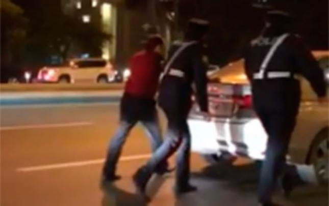 Yol polisləri tıxacda maşın itələdilər