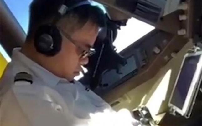Pilot uçuş vaxtı yatdı, köməkçisi videoya çəkdi