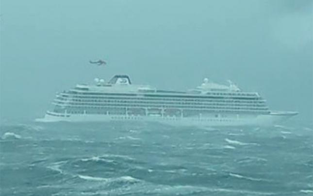 Gəminin mühərriki dayandı, 1300 nəfər evakuasiya olunur