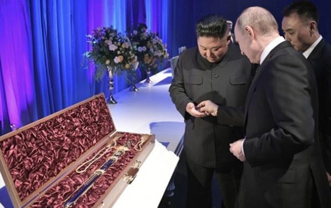 Putin Şimali Koreya prezidentinə fincan dəsti hədiyyə etdi