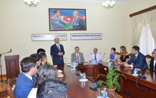 Əbülfəs Qarayev gənc liderlərlə görüşüb