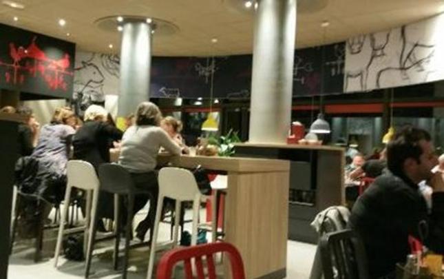 Fransada ac müştəri sifarişini gecikdirən ofisiantı güllələdi