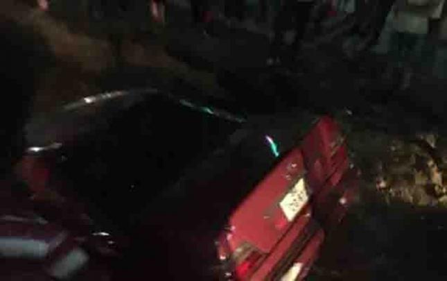 Xırdalanda avtomobil kanalizasiya quyusuna düşdü