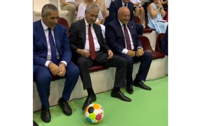Əli Əhmədov azyaşlı uşaqla futbol oynadı