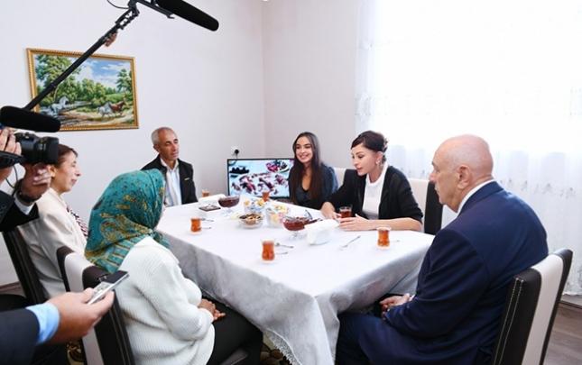 Mehriban Əliyeva vətəndaşla çay süfrəsində