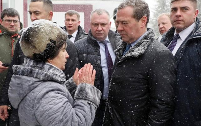 Yaşlı qadın Medvedevin qarşısında diz çökdü