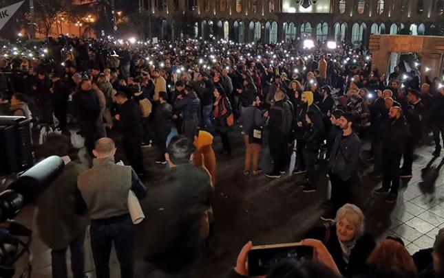 Aksiyaçılar Tbilisinin mərkəzi prospektini bağladılar