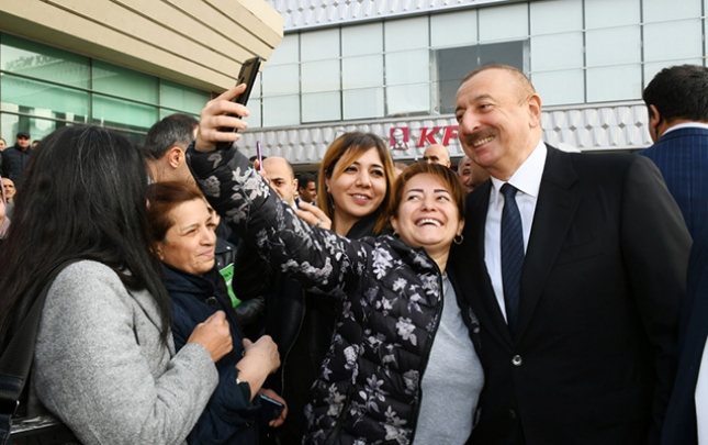 Vətəndaşlar İlham Əliyevlə selfi çəkdirdi