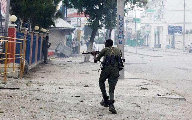 Somalidə polis geyimində otelə hücum etdilər