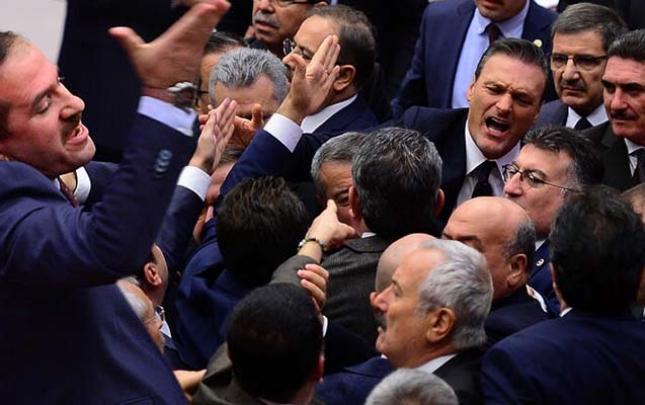 Türkiyə parlamentində deputatlar yenə dalaşdı