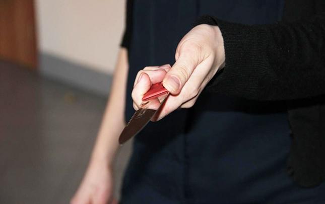 Qadına qarşı bıçaq çıxarıb telefonunu istədi