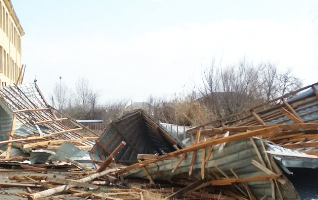 Külək məktəb binasının damını uçurdu