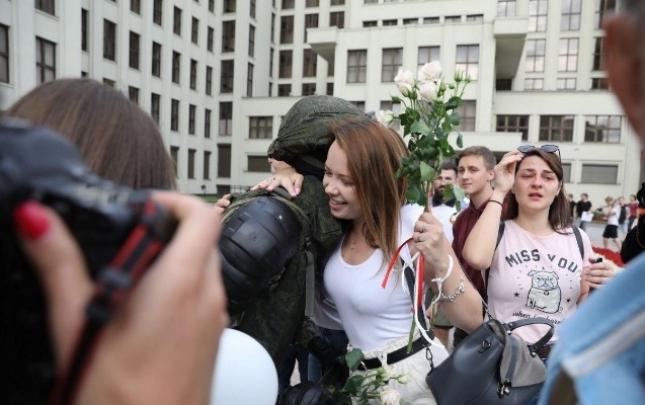 Belarusda güc sturukturları etirazçılarla həmrəy oldu