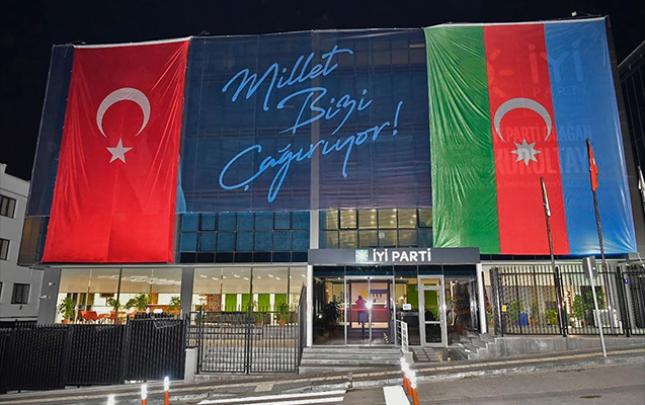 """""""İYİ"""" partiyasının binasından Azərbaycan bayrağı asıldı"""