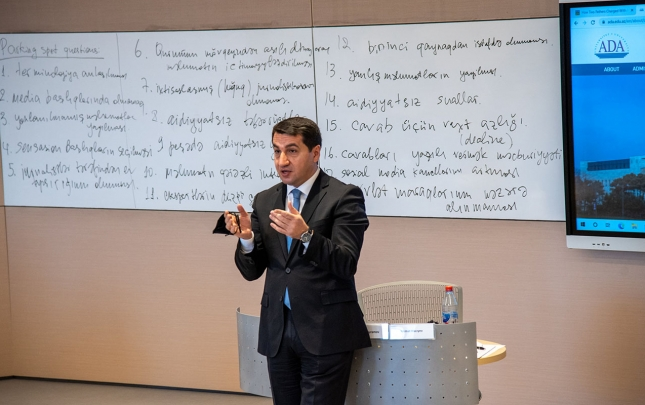Hikmət Hacıyev ADA-da media üzrə keçirilən seminarda iştirak edib