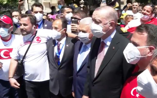 Türkiyə Prezidenti Bakıda azarkeşlərlə görüşdü