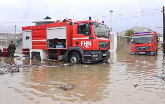 Bakının bir sıra yerlərində evləri yağış suları basıb
