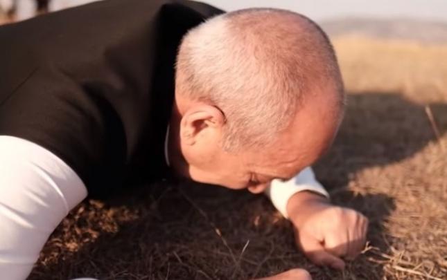 Rasim Balayev Cıdır düzündə torpağı öpüb qucaqladı