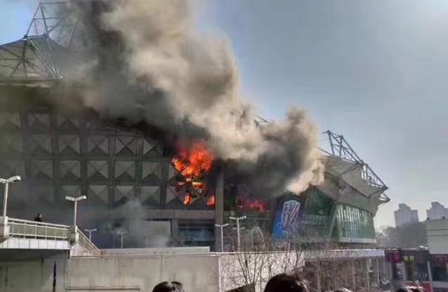 Şanxayda futbol stadionu yanır