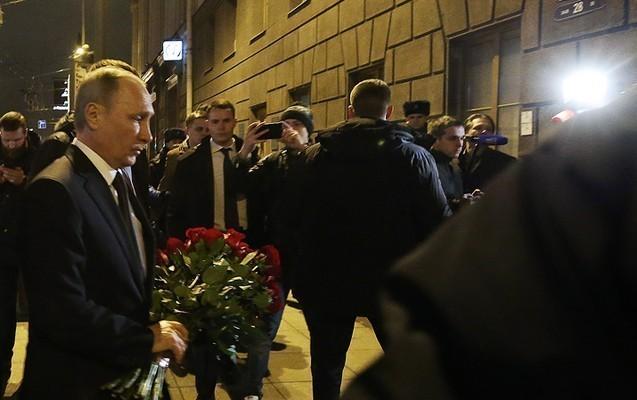 Putin teraktın törədildiyi əraziyə qırmızı güllər qoydu