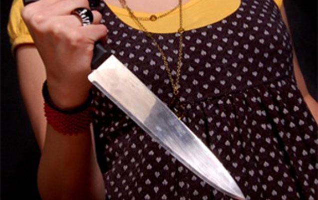 Qadın ərinin sevgilisini bıçaqladı