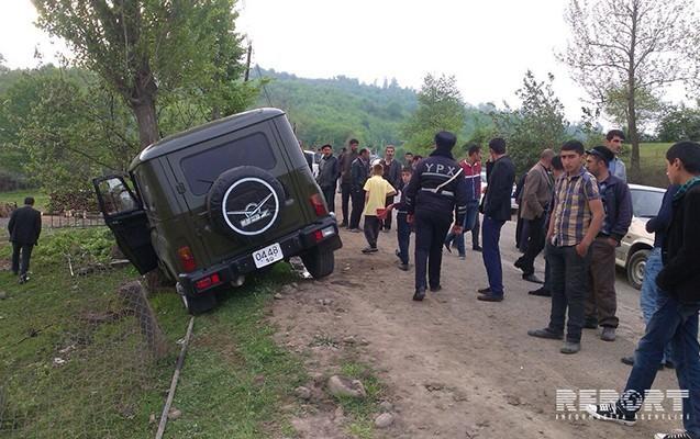 Sərhədçiləri daşıyan avtomobil ağaca çırpıldı