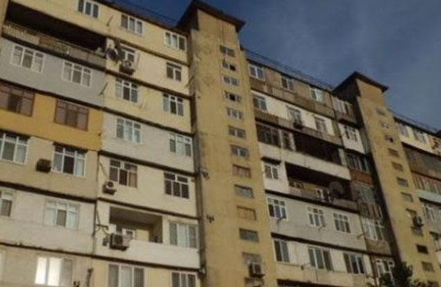 2 uşaq hündürmərtəbəli binadan yıxılıb