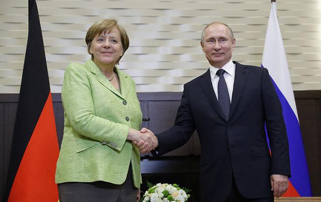 Putin Soçi iqamətgahında Merkellə görüşüb