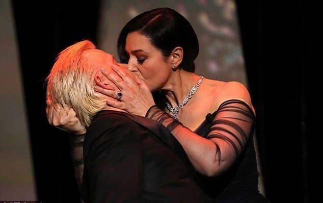 Monika Belluci səhnədə öpüşdü