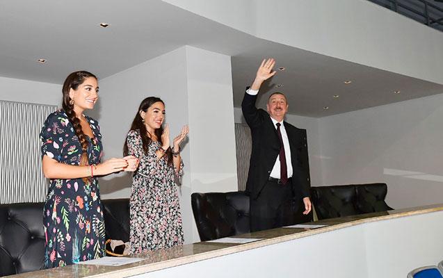 Prezident qızları ilə oyunu izlədi