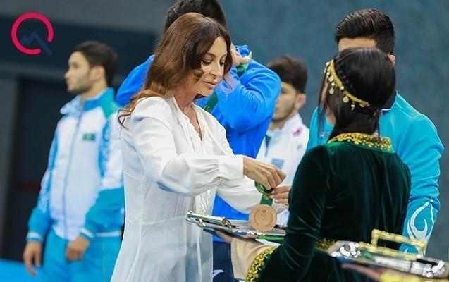 Ona qızılı Mehriban Əliyeva verdi - Fotolar