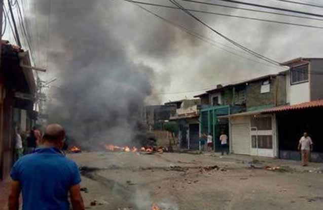 Etirazçılar prezidentin evini yandırıblar