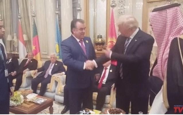 """Əl sıxmada Trampa """"qalib gələn"""" ilk dünya lideri oldu"""